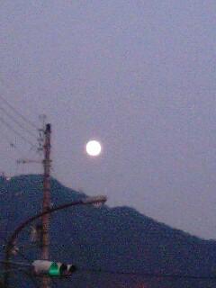 比叡山からのぼる満月10月